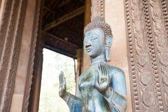 ВЬЕНТЬЯН, ЛАОС - 2-ОЕ ФЕВРАЛЯ: Бронзовая статуя Будды на Ka Phra боярышника Стоковое Изображение
