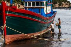 Вьетнамец крася рыбацкую лодку Стоковые Фотографии RF