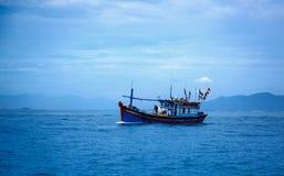 Вьетнам, город Nyachang - 17-ое июня 2013: море южного Китая, шхуна причалило игре Стоковая Фотография RF