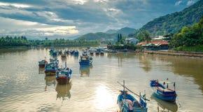 Вьетнам, город Nyachang - 17-ое июня 2013: море южного Китая, шхуна причалило игре Стоковые Фотографии RF