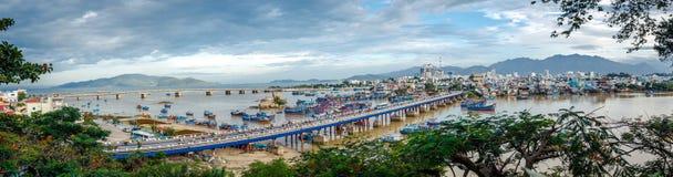 Вьетнам, город Nyachang - 17-ое июня 2013: море южного Китая, шхуна причалило игре Стоковые Фото