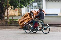 Вьетнам, человек на трицикле в оттенке стоковые фото