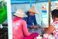 ВЬЕТНАМ, PHU QUOC - 3-ЬЕ НОЯБРЯ 2014: Въетнамские женщины играя карточную игру на шлюпке в гавани Duong Дуна, Phu Quoc, Вьетнаме Стоковая Фотография