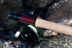 Вьюрок и штанга рыбной ловли мухы винтажный в воде стоковое изображение