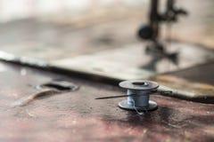 Вьюрок металла потока и ржавой иглы на старом countertop Стоковое Изображение RF