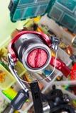 Вьюрок рыбной ловли на коробках с прикормами и wobblers Стоковая Фотография RF