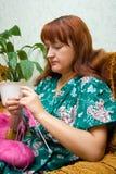 вяжет женщин спиц стоковые фотографии rf