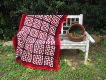 Вяжите одеяло крючком на стенде стоковые фотографии rf