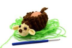 Вяжите чашку крючком яичка овечки пасхи сделанную из шерстей с крюком вязания крючком Стоковые Изображения RF