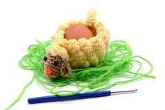 Вяжите чашку крючком яичка овечки пасхи сделанную из шерстей с крюком вязания крючком Стоковое фото RF