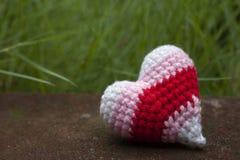 Вяжите varicolored форму крючком сердца сделанную из будучи выведенным пряжи одной на день Валентайн стоковые изображения rf