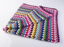 вязание крючком или одеяло вязания крючком на предпосылке Стоковые Фото