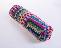 вязание крючком или одеяло вязания крючком на предпосылке Стоковая Фотография