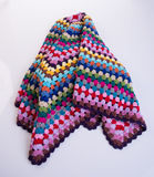 вязание крючком или одеяло вязания крючком на предпосылке Стоковые Изображения