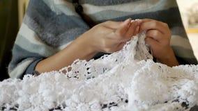 Вязание крючком молодой женщины вязать для платья свадьбы акции видеоматериалы