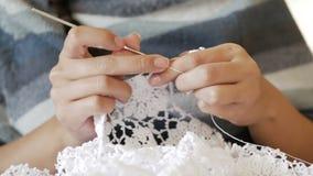 Вязание крючком молодой женщины вязать для платья свадьбы видеоматериал