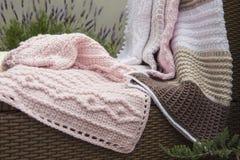 Вязание крючком, одеяла младенца на софе Стоковое фото RF