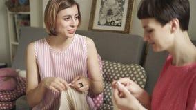 Вязать женщина говоря в творческой мастерской Группа хобби женщины вязать акции видеоматериалы