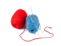 Вязать иглы и пасма шерстей на белизне Стоковые Изображения RF