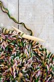 Вязать иглы и пряжа на деревянной предпосылке Стоковые Изображения