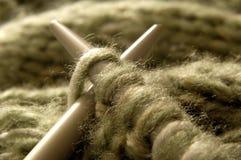 2 вязать иглы с зелеными шерстями Стоковые Изображения