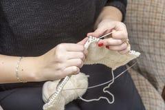Вязать иглы с пользой шерстей стоковые фотографии rf