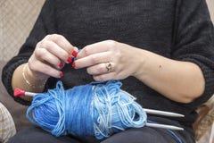 Вязать иглы с пользой шерстей Стоковая Фотография RF