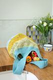 Вязать крючком крючком сумка содержа болгарские перцы и яблока на кухне Coun Стоковое фото RF
