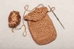 Вязать крючком viscose продуктов, малая золотая сумка Стоковые Изображения