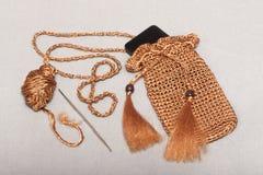 Вязать крючком viscose продуктов, малая золотая сумка Стоковое Изображение