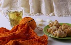 Вязать на таблице, затем чай известки и очень вкусные круассаны Mashmelo разбросано за плитой Дом стоковая фотография