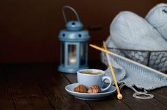 Вязать от света - голубой пряжи Чашка кофе и шоколады стоковая фотография rf
