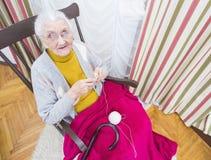 Вязать пожилая женщина Стоковые Фотографии RF