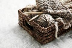 Вязать пряжа и иглы в плетеной корзине Стоковая Фотография RF