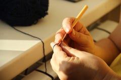 Вязать рук ` s старухи knits старухи вязать крючком крючком от синей пряжи Цветки бабушки вязать Теплый полдень лета Пэ-аш стоковая фотография rf
