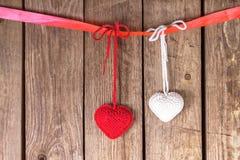 2 вязать сердца на старой деревянной панели Стоковое фото RF