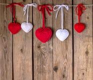 Вязать сердца на старой деревянной панели Стоковые Изображения RF