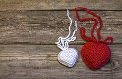 2 вязать сердца на старой деревянной панели Стоковая Фотография RF
