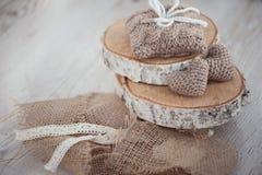 2 вязать сердца на старой деревянной панели Стоковые Изображения RF