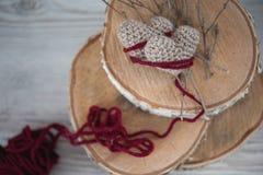 2 вязать сердца на старой деревянной панели Стоковые Фотографии RF