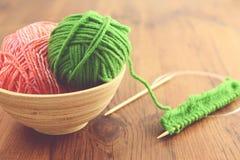 Вязать с зелеными шерстями на деревянном столе Стоковое Изображение RF