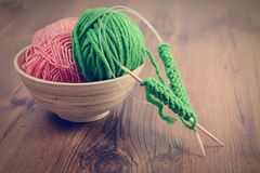 Вязать с зелеными шерстями на деревянном столе Стоковые Изображения