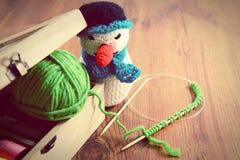 Вязать с зелеными шерстями на деревянном столе Стоковое Изображение
