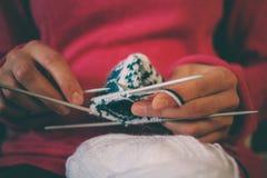 Вязать knits женщины Стоковое фото RF