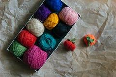 Вязать pumkins с шариками пряжи в коробке Стоковые Изображения RF