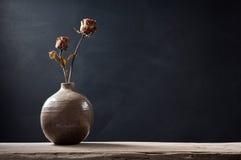 Вянуть розы в вазе Стоковые Изображения