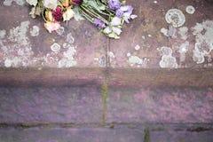 Вянуть розы и цветки на том основании Стоковые Фотографии RF