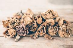 Вянуть розы на деревянном столе Стоковые Фотографии RF