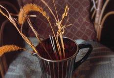 Вянуть тростники в красной стеклянной вазе стоковые фотографии rf