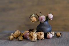 Вянуть цветки в старой вазе стоковые фото